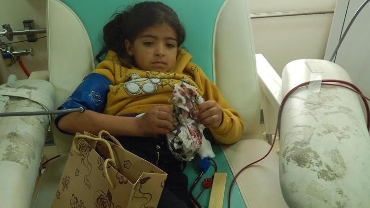 طفلة تقوم بغسيل الكلى في مستشفى النجاح الوطني