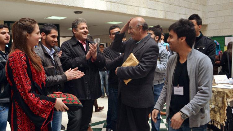 المصور أركان الأغبر والعميد غاوي غاوي وعدد من الحضور بعد قص شريط الافتتاح
