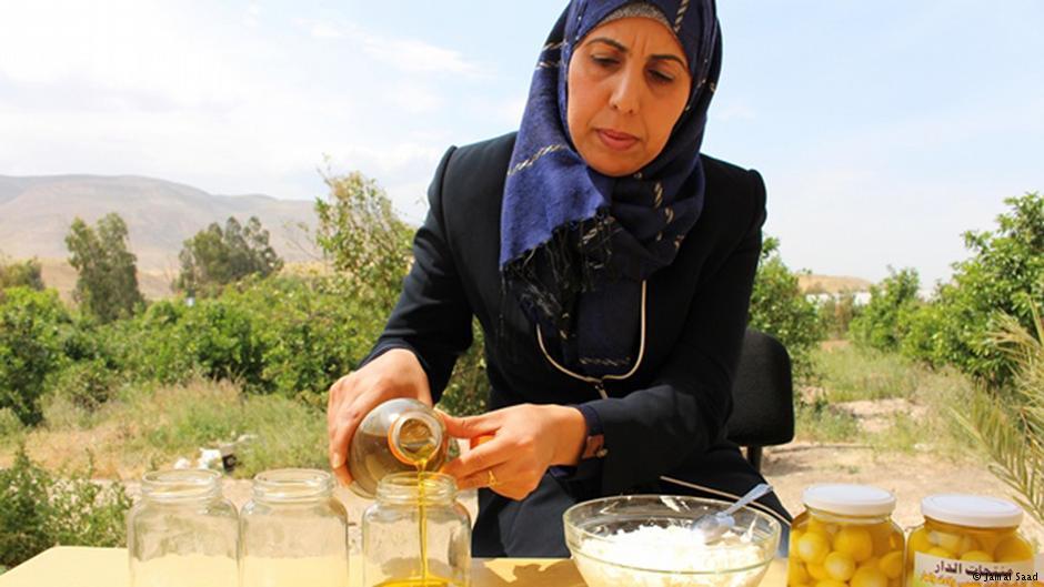 لينا حامد تصنع لبنة مكعبة تقليدية مغطاة بزيت الزيتون