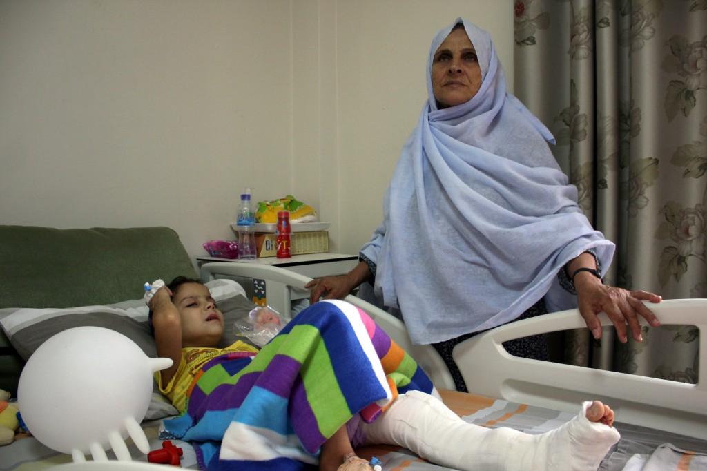الطفلة إيناس أبو زيد تتلقى علاجاً في مستشفى النجاح بنابلس، ورافقتها جدتها بعد أن منعت والدتها من دخول الضفة الغربية