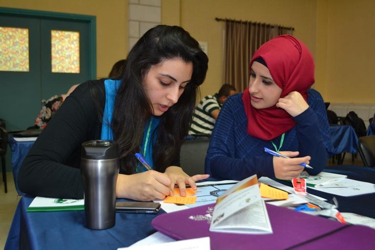 """رنا حنبلي وياسمين عوض تعملان على مشروعهما """"energy out of sludge"""" أثناء الورشة التدريبة الأولى"""