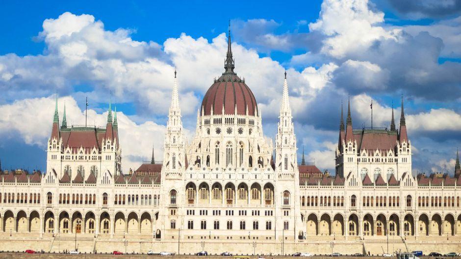 التربية تعلن عن منح دراسية في هنغاريا